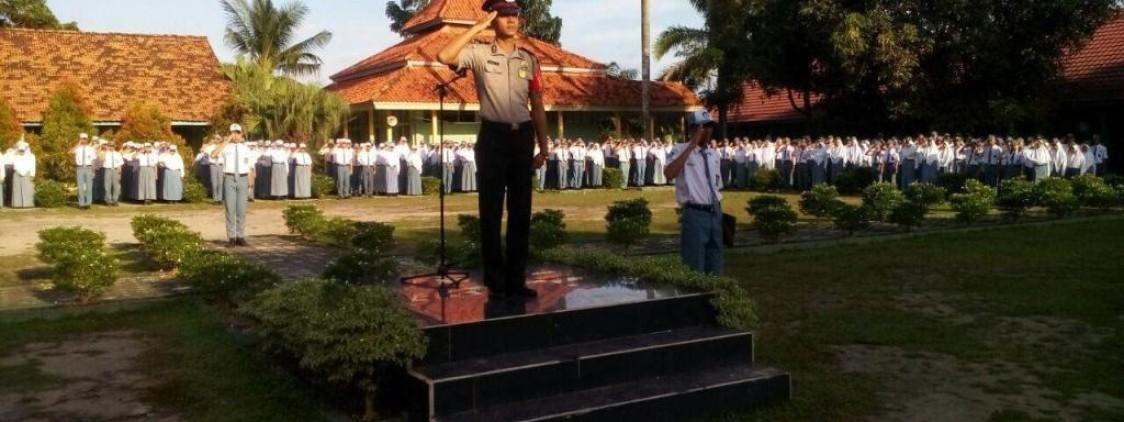 POLISI MEMOTIVASI PARA PELAJAR AGAR BELAJAR LEBIH GIAT DAN MENJAUHKAN DIRI DARI HAL – HAL NEGATIF