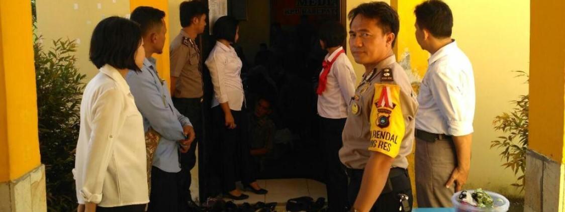 POLISI PANTAU KETAT PELIPATAN SURAT SUARA DI KPU KAB. BANGKA TENGAH