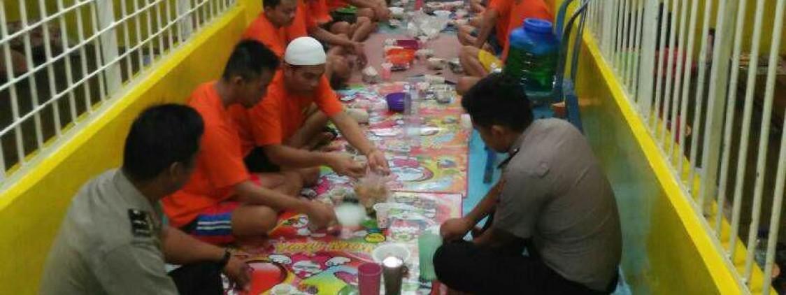 Kasat Tahti berbuka puasa bersama tahanan di rutan Polres Bangka Tengah