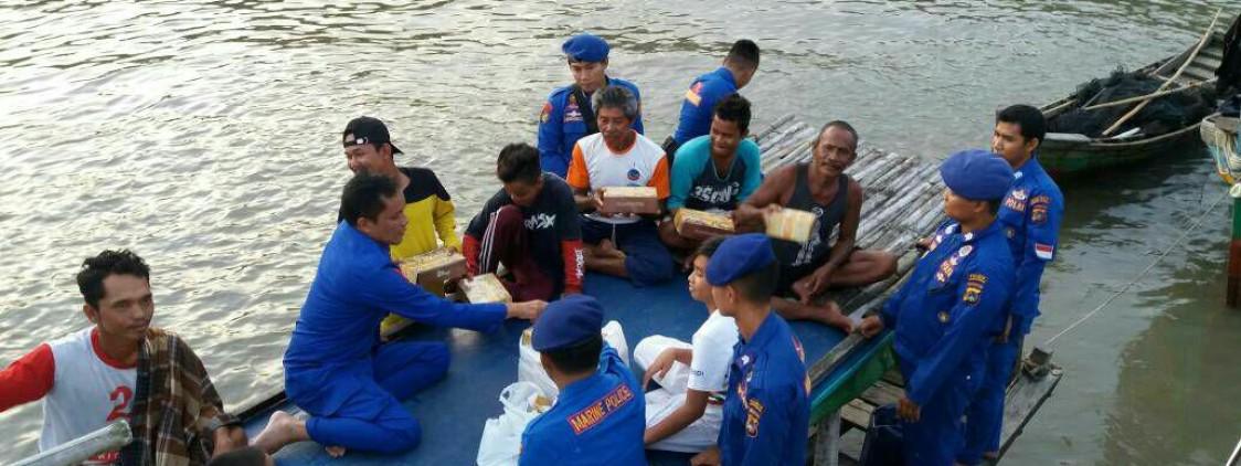 Unik !, Polisi Ini Ajak Buka Bersama Di Atas Kapal