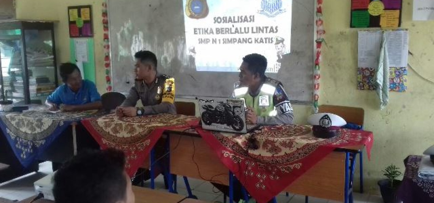 Bersama Bhabinkamtibmas, Tim Dikmas Lantas Polres Bateng Sosialisasikan Etika Berlalu Lintas di Smp 1 simpangkatis