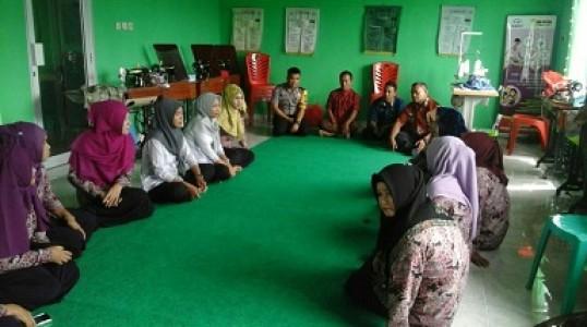 Bhabinkamtibmas Desa Penyak Pantau Pelatihan Menjahit di Desa
