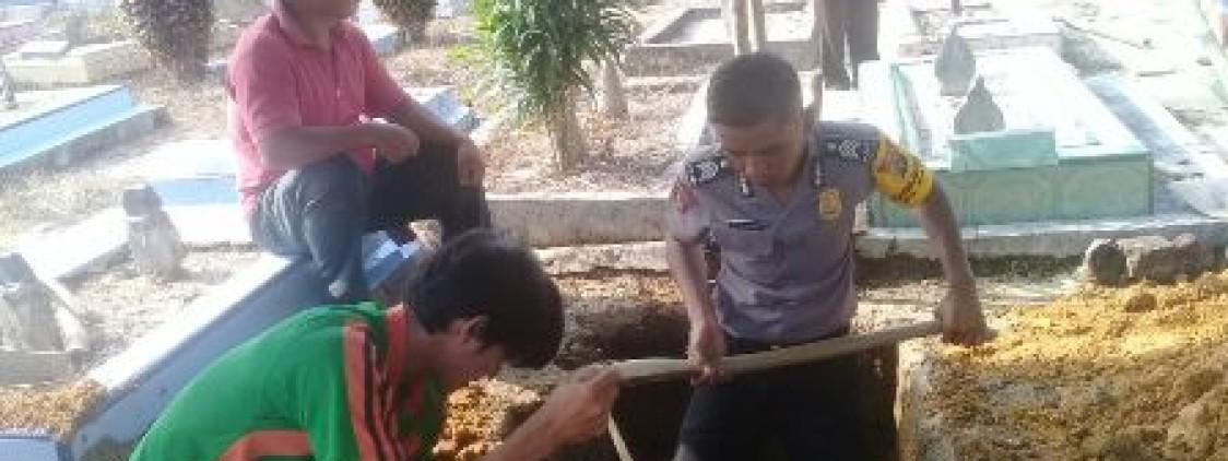 Bhabinkamtibmas Desa Katis Sambang Duka Warganya Hingga Bantu Gali Kubur