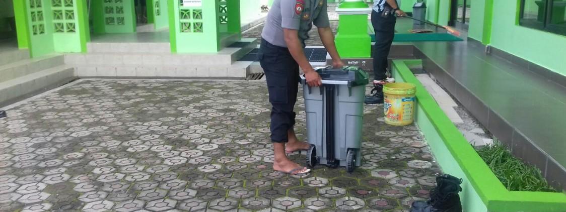 Jum,at Bersih Polsek Sungai Selan Bersih-Bersih Tempat Ibadah