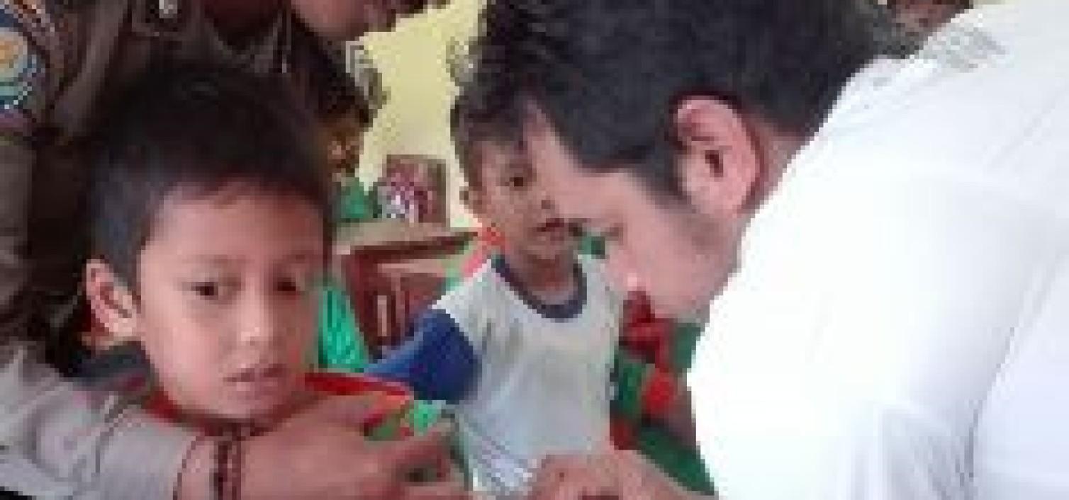 Petugas SSDP Bantu Petugas Puskesmas Vaksin Siswa SD 1 Namang
