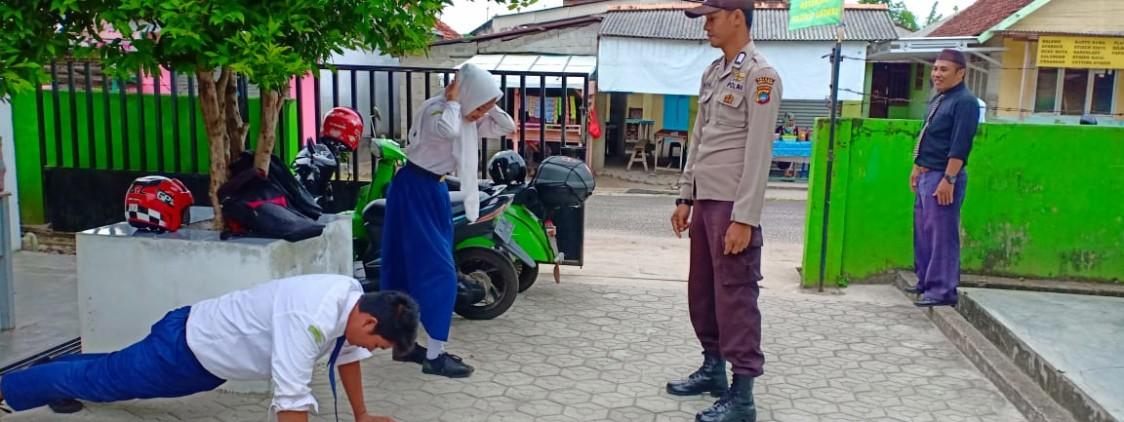 Tidak Menggunakan Helm ke Sekolah, Pelajar Ini di Hukum Anggota Polsek Koba
