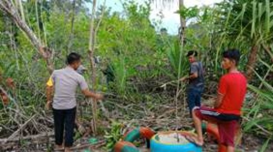 Sadar Wisata, Briptu Asriyanto bersama Karang taruna dan masyarakat gotong royong bersihkan pantai