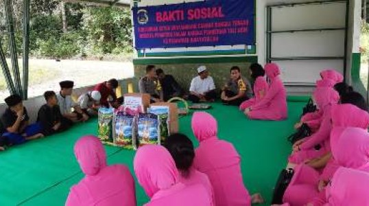 Bhayangkari Cabang Bangka tengah Memberikan Bantuan Sembako Ke Ponpes Hidayatullah