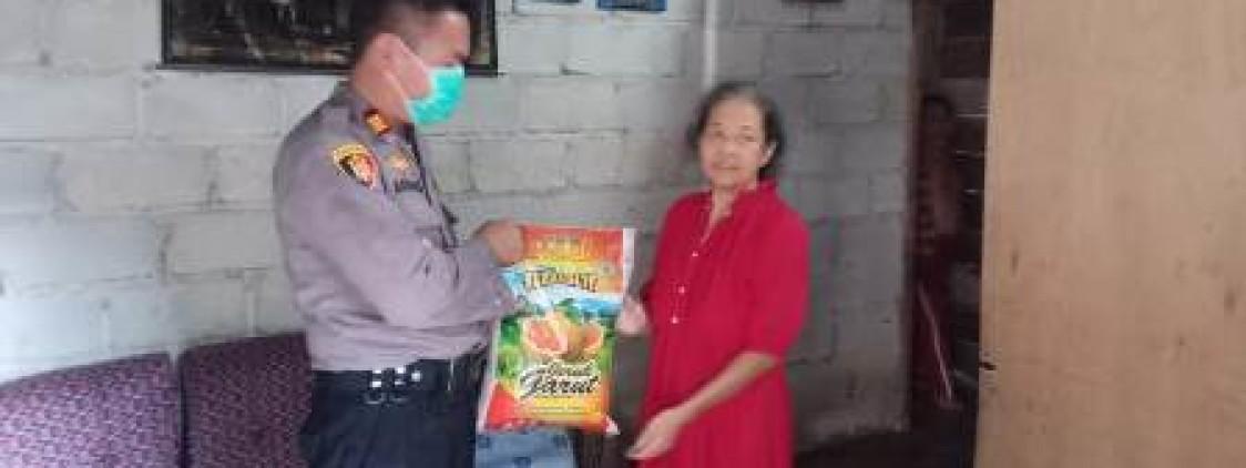 Polsek Simpang katis Bagikan Bantuan Sembako Kepada Warga Yang Kurang Mampu