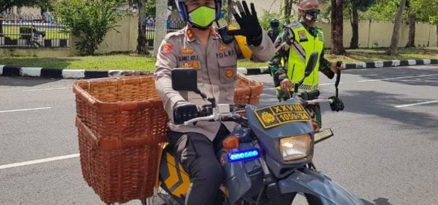 Kendarai Motor, Akbp. Slamet Ady Berkeliling Desa Beruas Bagi Sembako