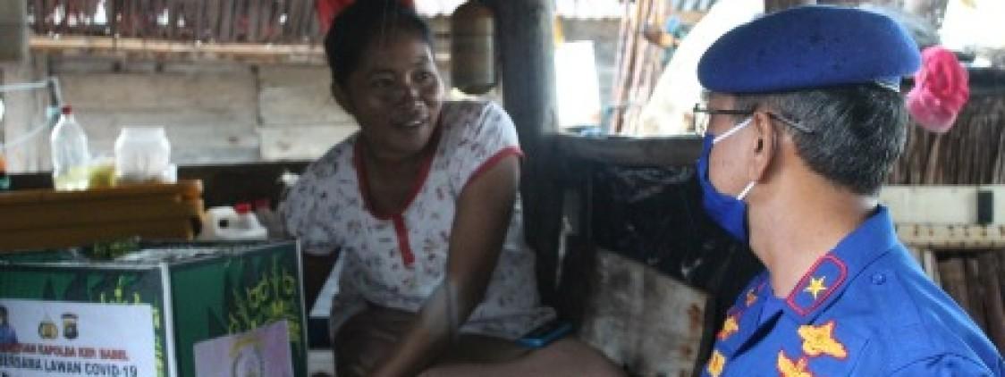 Diam-diam Kapolda Babel Bagi Paket Sembako Ke Pulau Gusung Asam