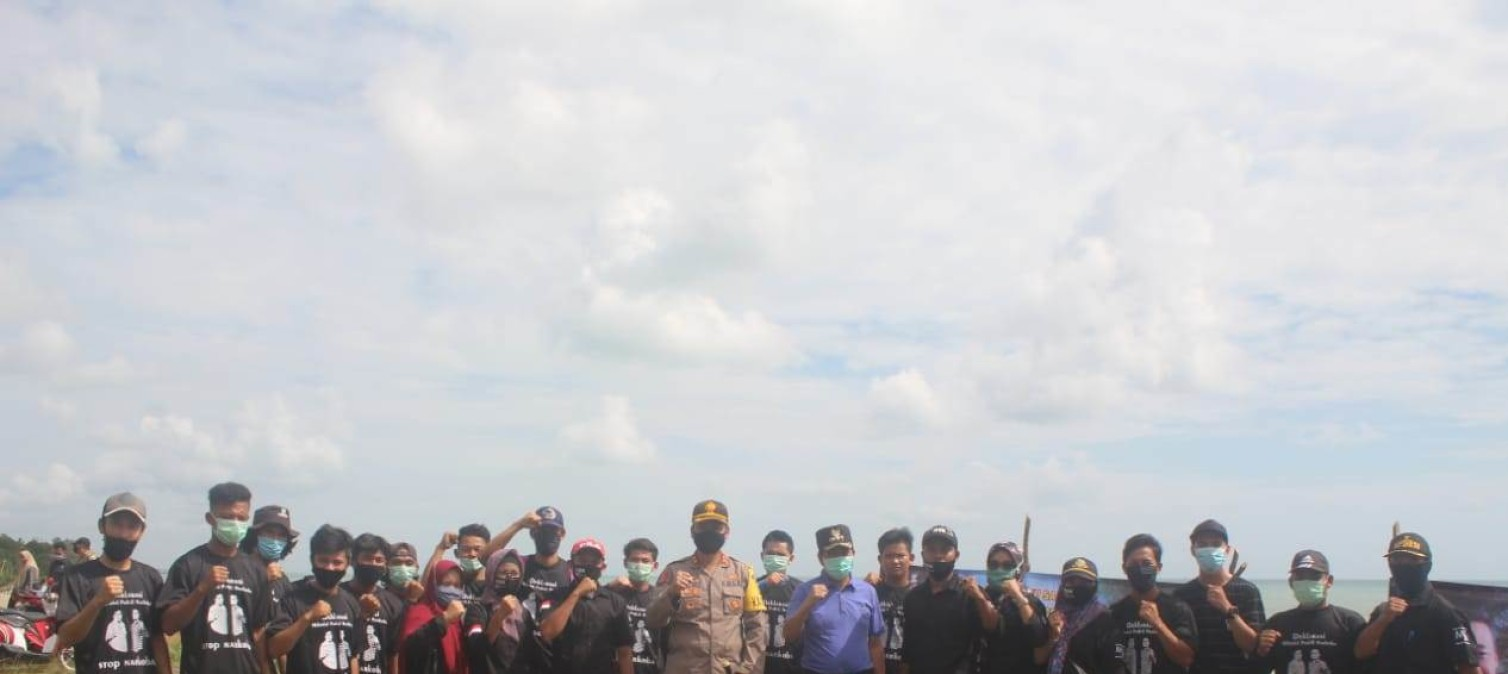 Kapolres Bangka Tengah bersama dengan Forkopimda Bateng melakukan penanaman pohon cemara laut dan tanaman buah di Pantai laut Nadi 4 Dusun Nadi Desa Perlang