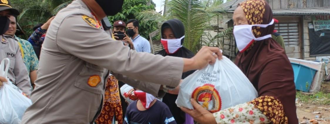 Kaplores bangka tengah salurkan bantuan paket sembako sampai ke pulau dusun nangka