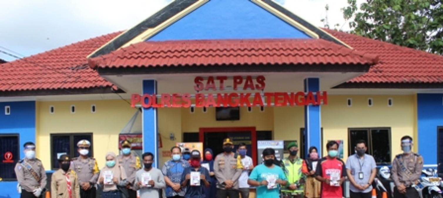Dalam rangka menyabut hari bhayangkara ke-74 kapolres bangka tengah bagikan SIM gratis kepada masyarakat Kab.bangka tengahg
