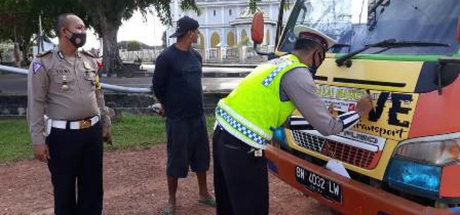 cegah covid-19, Sat Lantas Polres Bateng pasang stiker 3 M kepada mobil pribadi dan umum