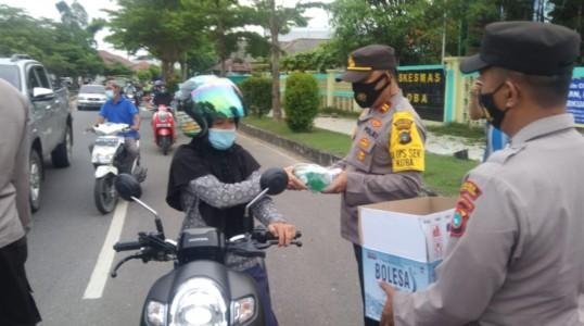 Kapolsek Koba Bagikan 100 paket Takjil ke Warga dan Pengguna Jalan