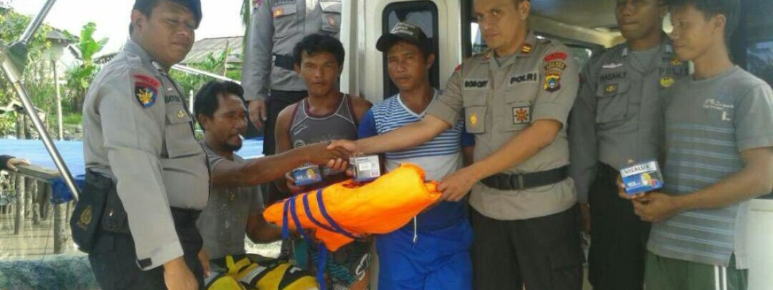 Bintibmas perairan, Kasat Polair bagikan Jaket Pelampung pada Nelayan