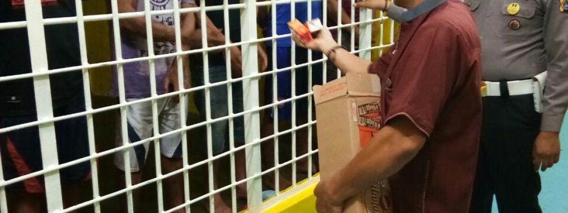 Kasat Binmas Bagi Takjil Kepada Tahanan Polres Bangka Tengah