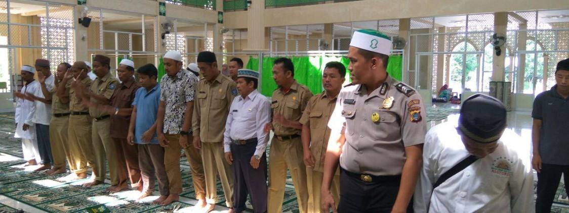 Brigpol Satria Bantu ustadz Mashuda Pada Tausyiah Di Masjid Arrayhan tentang Sholat