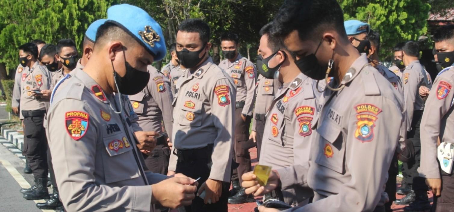 Kasi Propam Polres Bateng Cek Kerapian Anggota Saat Apel Pagi