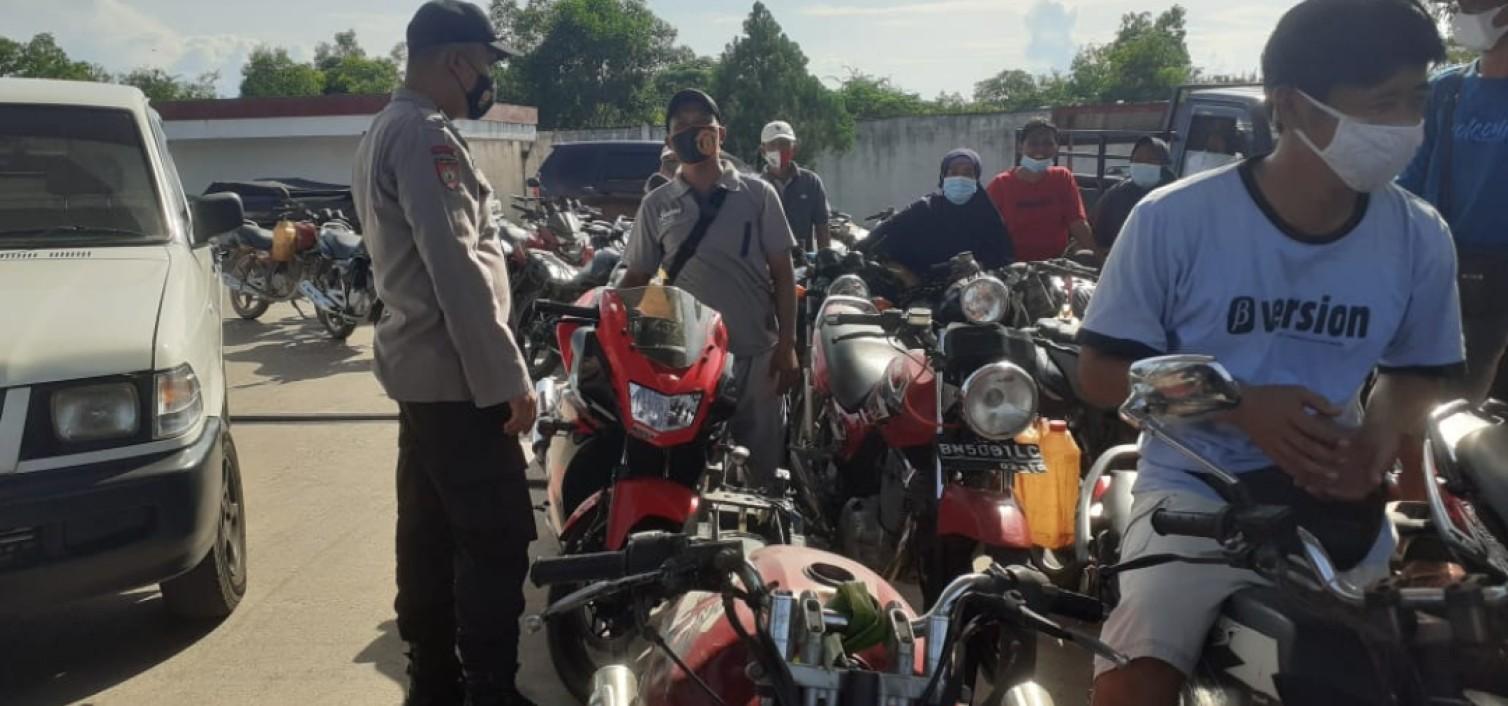 Sambang SPBU saat Patroli, personil Polsek Koba berikan himbauan Prokes kepada karyawan dan masyarakat