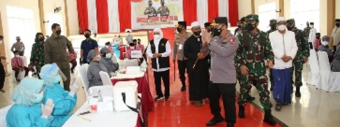 Tinjau Vaksinasi Serentak 114 Titik di Jatim, Kapolri Optimis Target 2 Juta Per Hari Tercapai