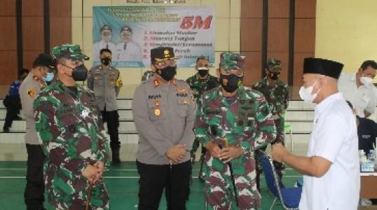 Kapolres Bateng Dampingi Danrem 045/Garuda Jaya Giat serbuan vaksinasi Covid-19.
