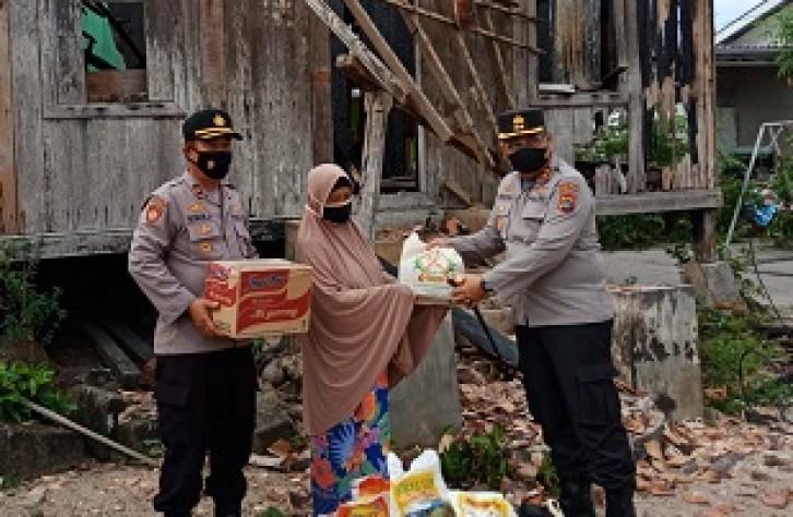 Kapolres Bangka tengah Berikan Bantuan Kepada Korban Kebakaran