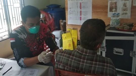 Penuhi Permintaan Vaksinasi, Tim Vaksinator Polres Bangka tengah Buka Gerai Di Desa Penyak